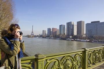 photographe sur le pont Mirabeau de Paris