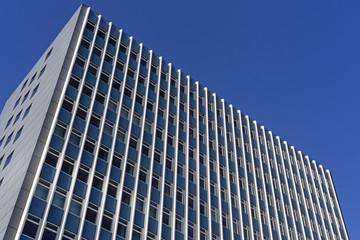 Abstraktes Detail der Fassade eines Bürogebäudes