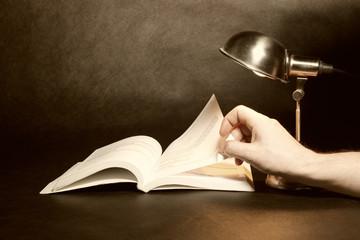 Nocne czytanie książki