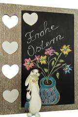 Kreidetafel mit Blumen und Hasendame  zum Osterfest