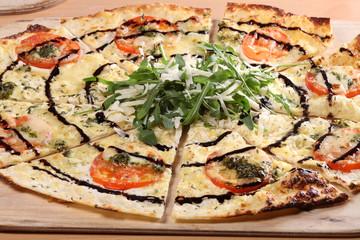 flammkuchen mit tomaten, mozzarella, pesto, thymian