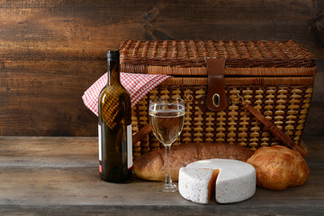Tuinposter Picknick vintage picnic basket with wine