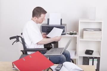 junger Rollstuhlfahrer im home office