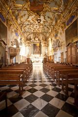 intyerieur d'église corse (sainte croix à Bastia)