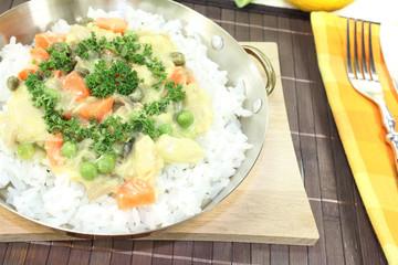 Hühnerfrikassee mit Reis und Pilzen