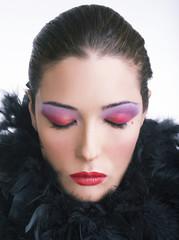 Beauty con boa di struzzo nero e occhi chiusi