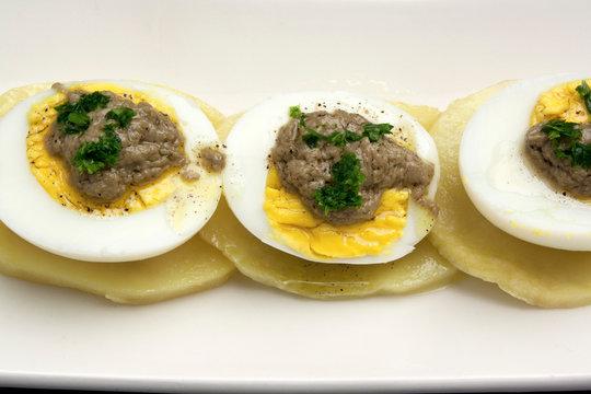 Uova sode con bagna cauda