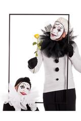 Zwei Clowns im Rahmen mit Blume