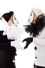 Zwei Clowns formen mit den Händen ein Herz