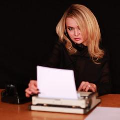 junge Frau mit Schreibmaschine