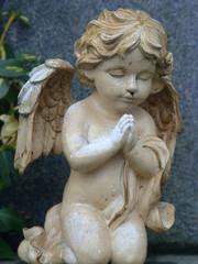 Engel betend auf Knie
