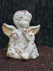 Engel sitzend auf Grab