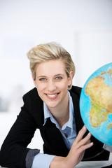 lächelnde frau mit globus