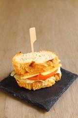 Pincho con lechuga, tomate y queso