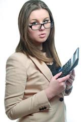 молодая девушка в очках и с калькулятором