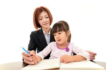 女性教師と勉強中の女の子
