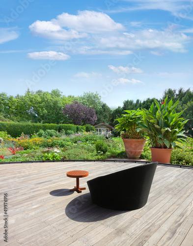 quotgartenanlage mit teich und terrassequot stockfotos und