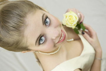 Portrait d'une jeune mariée tenant des fleurs