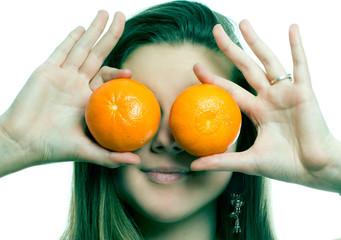 молодая девушка и мандарины на глазах