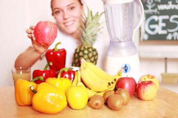 Frau mit Obst und Gemüse