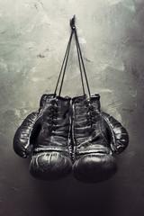stare rękawice bokserskie zwisają na gwoździu - 50165107