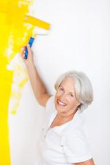 seniorin streicht ihre wohnung gelb