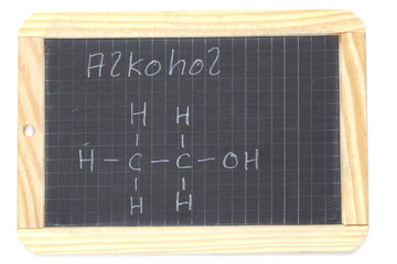 Schiefertafel mit Formel von Alkohol (Ethanol)