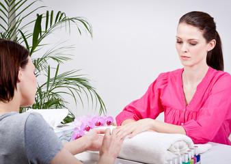 junge frau im nagelstudio maniküre nagelpflege