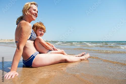 мама на пляже с сыном голые фото