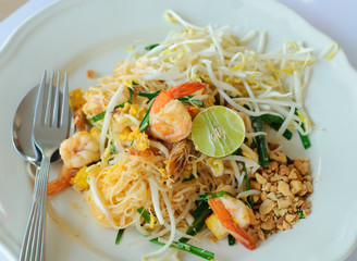 stir-fried rice noodle with shrimp