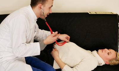 junge Schwangere mit Arzt