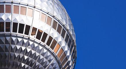 Kugel des Berliner Fernsehturms im Anschnitt vor blauem Himmel