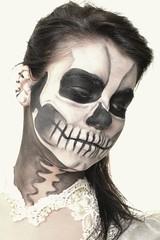 Femme maquillé en crâne