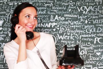 junge Lehrerin am Telefon