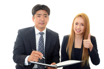 成功を喜ぶビジネスマンとオフィスレディー