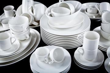 Gemischter Geschirr Stapel mit Tellern Tassen und schalen