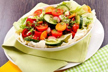 Bunter gemischter Salat mit gemischtem Gemüse in einer weißen