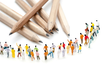 鉛筆と大勢の人間