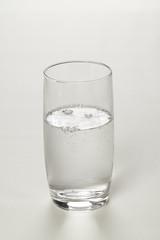 Glas mit Mineralwasser