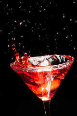 Poster de jardin Eclaboussures d eau red splashing cocktail on black