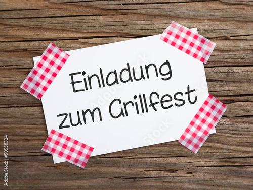 """klebestreifenzettel auf holz einladung zum grillfest"""" stockfotos, Einladung"""