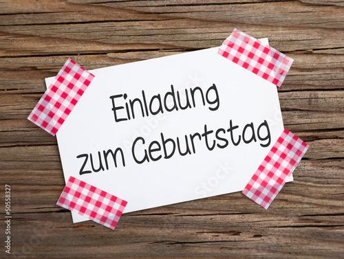 """klebestreifenzettel auf holz einladung zum geburtstag"""" stockfotos, Einladung"""
