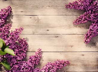 Photo sur Aluminium Lilac The beautiful lilac on a wooden background