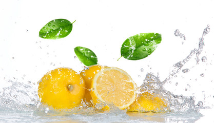 Poster Eclaboussures d eau Lemon with water splash isolated on white