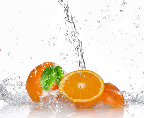 Deurstickers Opspattend water Oranges with splashing water