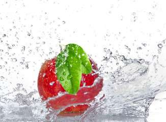 Poster Eclaboussures d eau Apple with water splash isolated on white