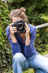 jeune femme photographe avec reflex numérique