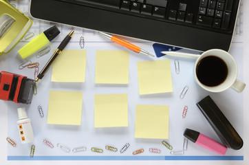 Chaotischer Schreibtisch, Textfreiraum auf Klebezettel