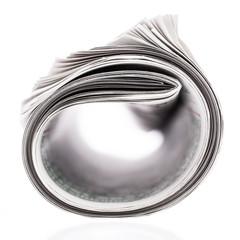 Gerollte Tageszeitung auf weißem Hintergrund
