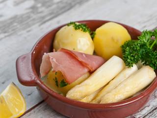 Weißer Spargel mit Schinken und Kartoffeln
